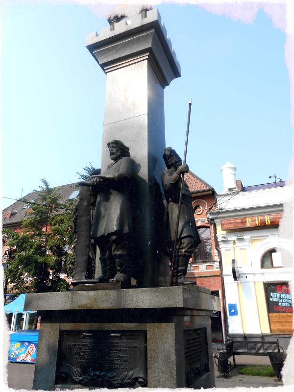 стела основателям челябинска скульптуры на кировке